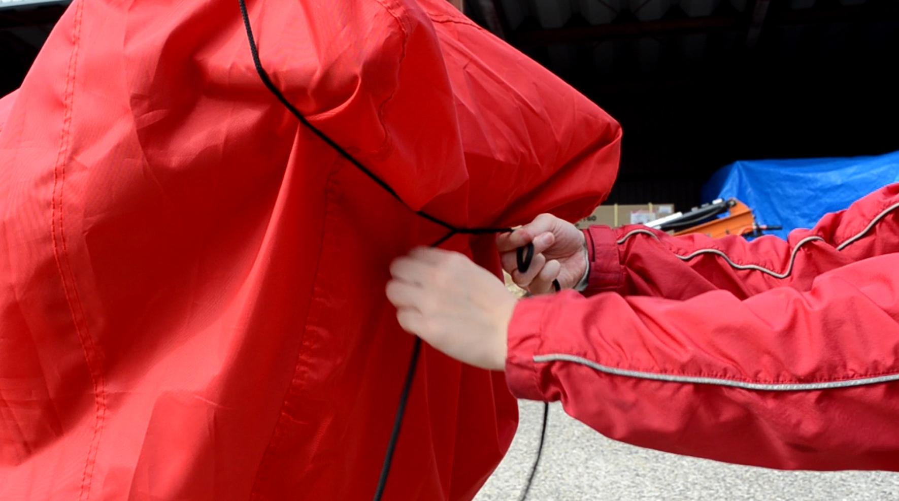 ハンドル部分の風飛防止のひもを結びます。